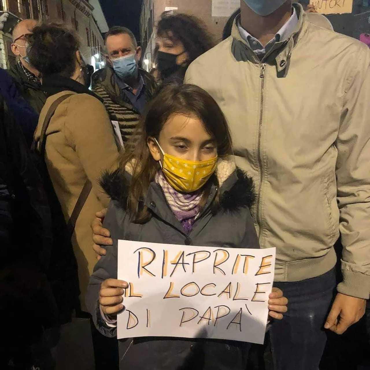 Ancora proteste violente, a Torino preso d'assalto lo store di Gucci