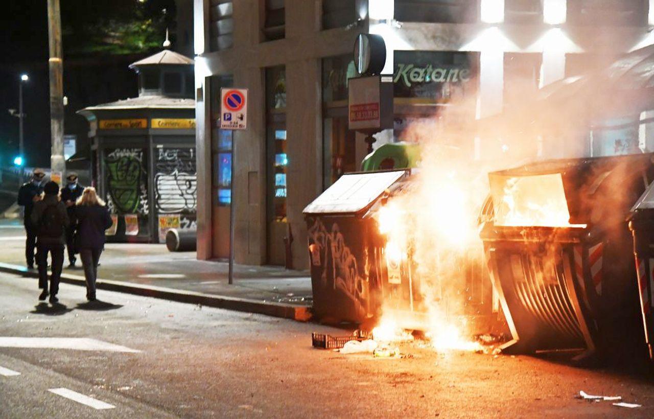 """Nuovo Dpcm e restrizioni, scoppia la protesta sui social: """"Governo di incapaci"""""""