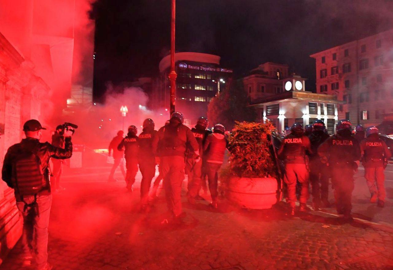 Roma, notte di scontri anti lockdown: lacrimogeni e bombe carta