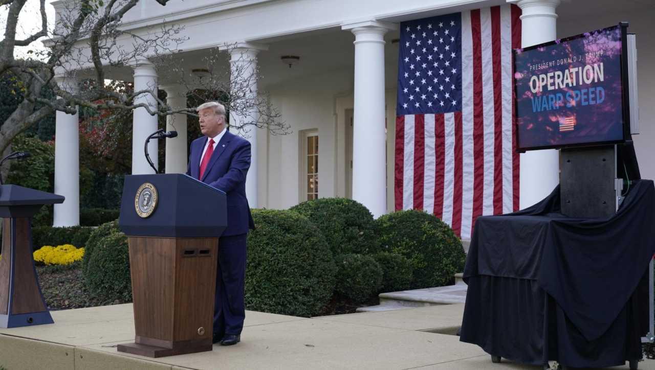 Nuovo look grigio argento per Donald Trump, il web si scatena