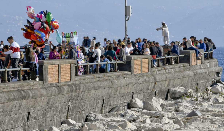 Napoli, fiumi di persone in strada e ospedali al collasso. E' polemica