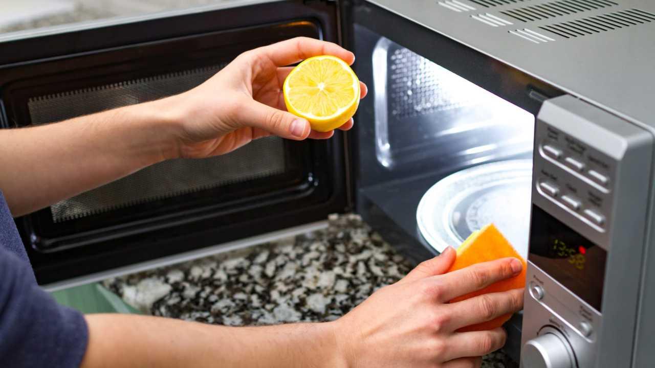Forno microonde pulizia con i limoni