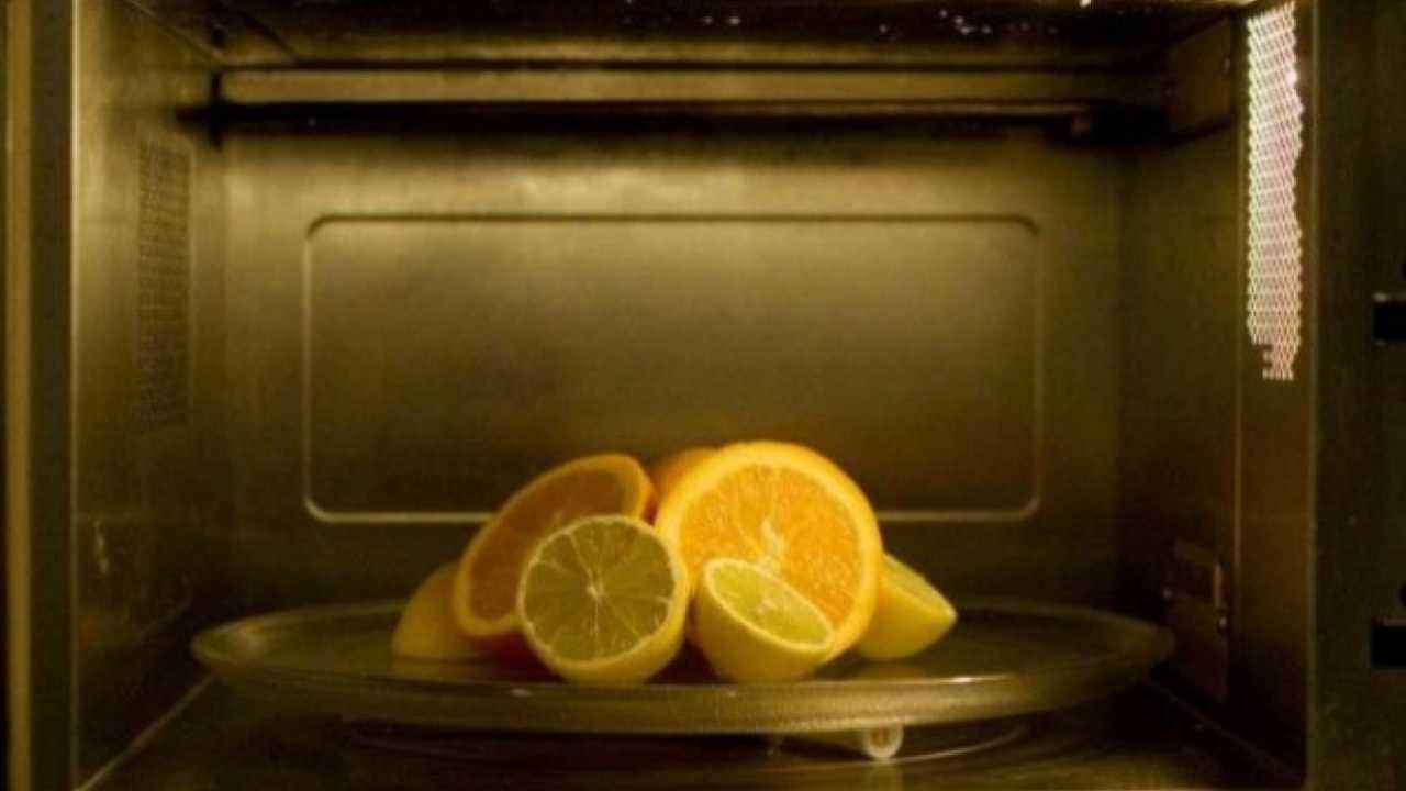 Pulire il forno con i limoni