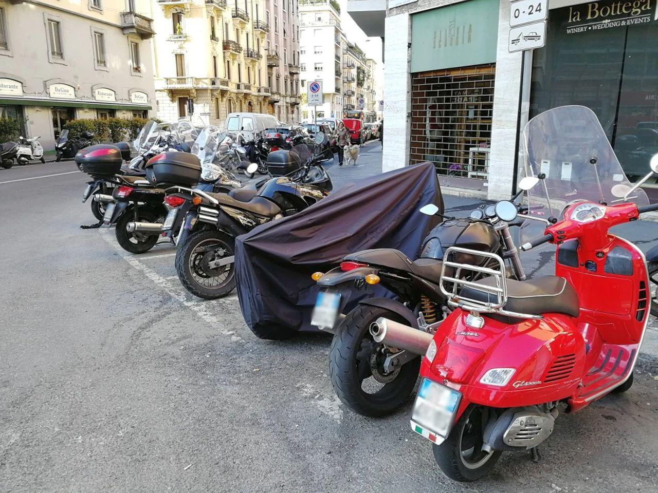 Come parcheggiare la moto (o lo scooter) ed evitare le multe: le cose che non sai