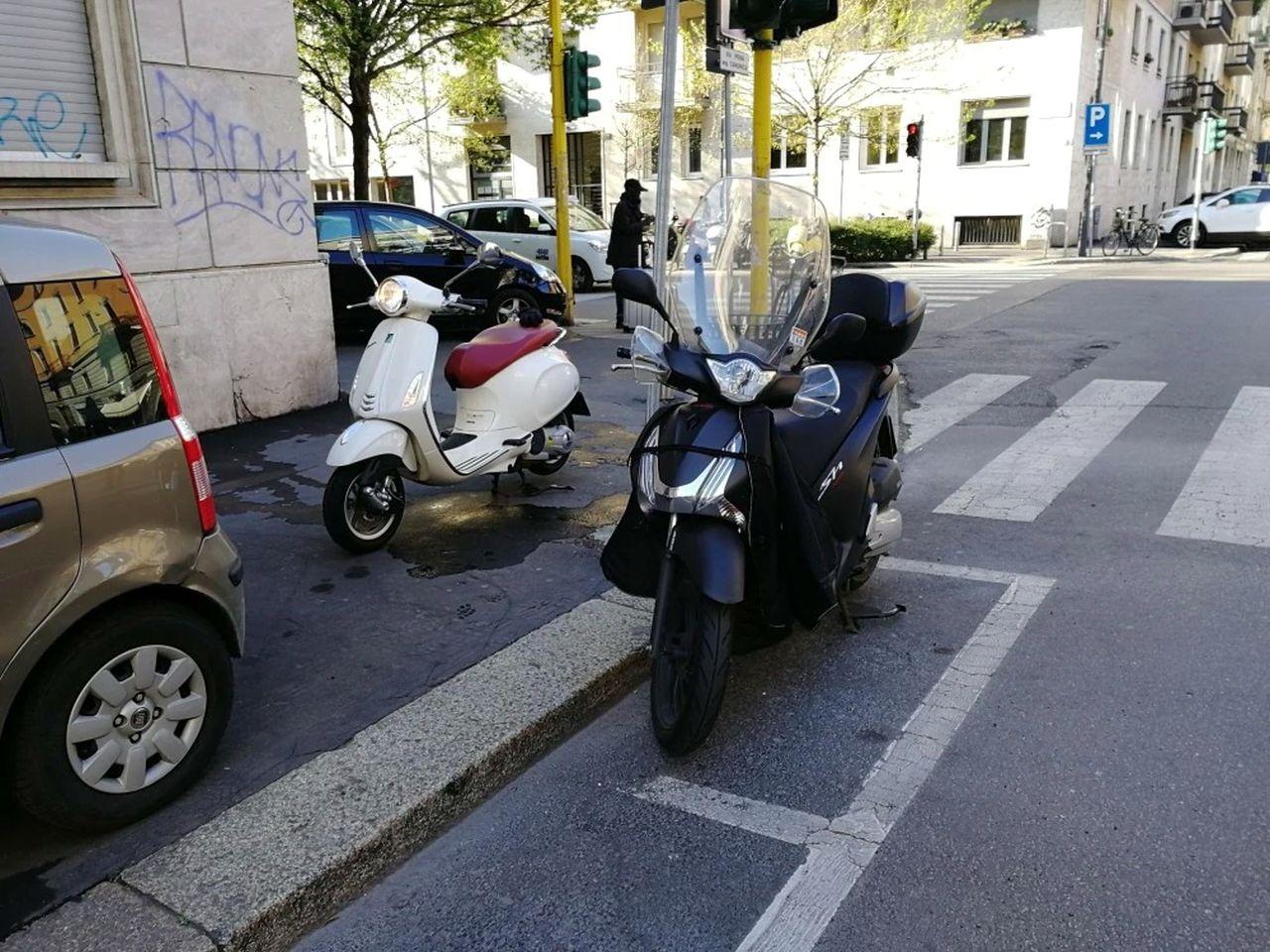 scooter parcheggiato negli appositi spazi