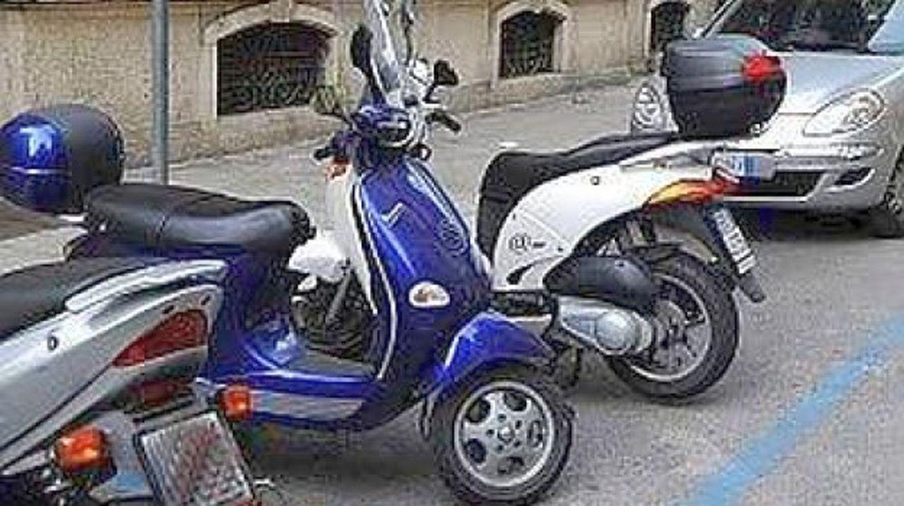 Le moto non vanno parcheggiate in questo modo nelle strisce blu