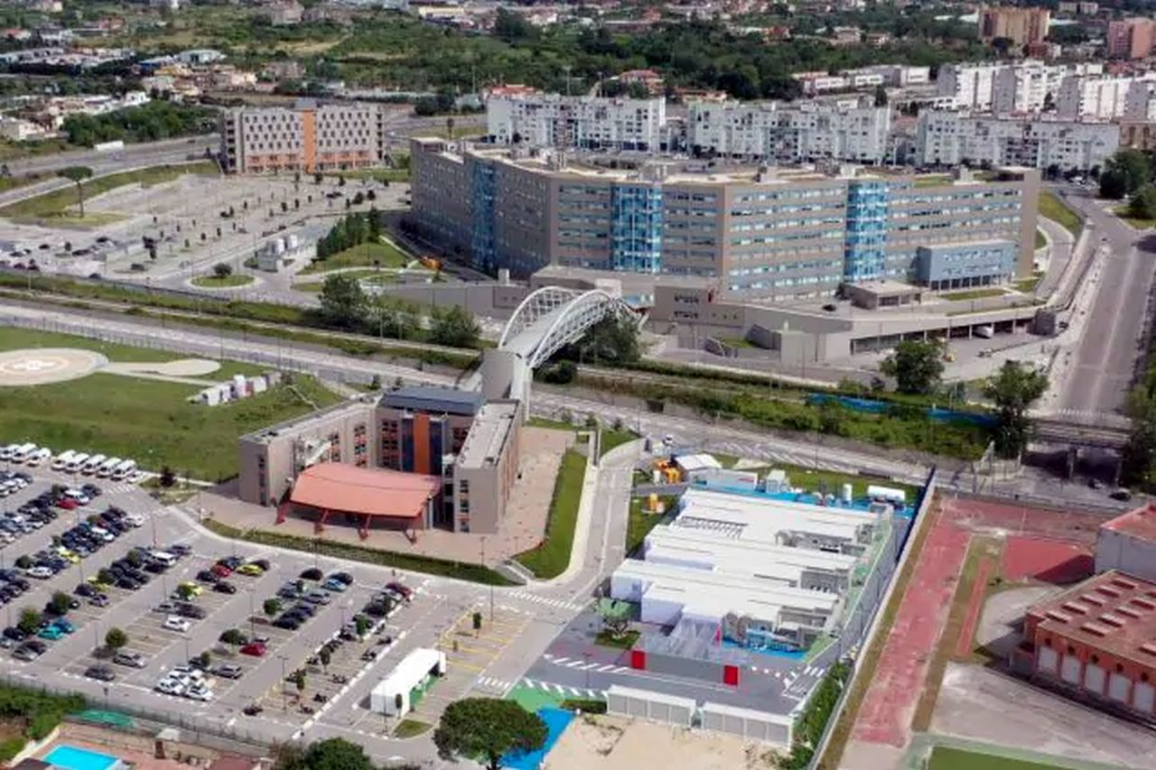 Napoli, enorme voragine davanti l'ospedale: evacuato il Covid Residence