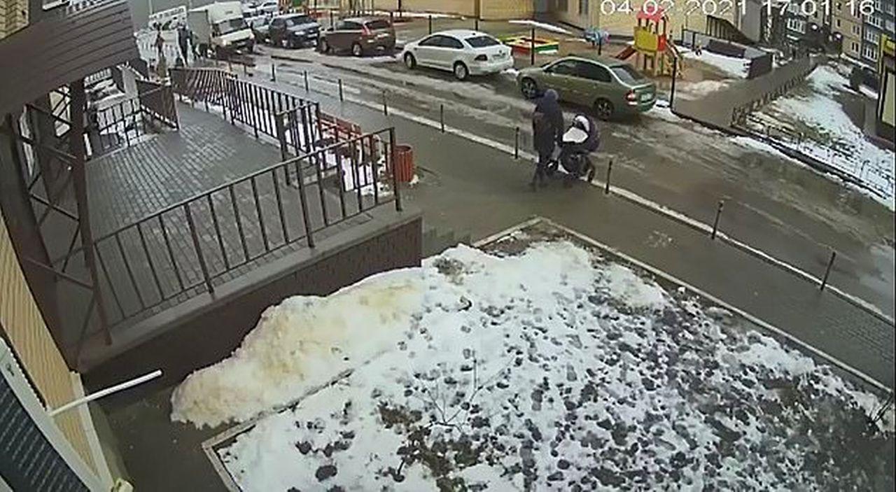 Tragico suicidio in Russia: si getta dalla finestra e travolge un bambino
