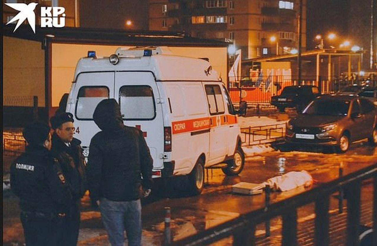 Uomo suicida vola dalla finestra e schiaccia bambino nella carrozzina: l'esito è tragico