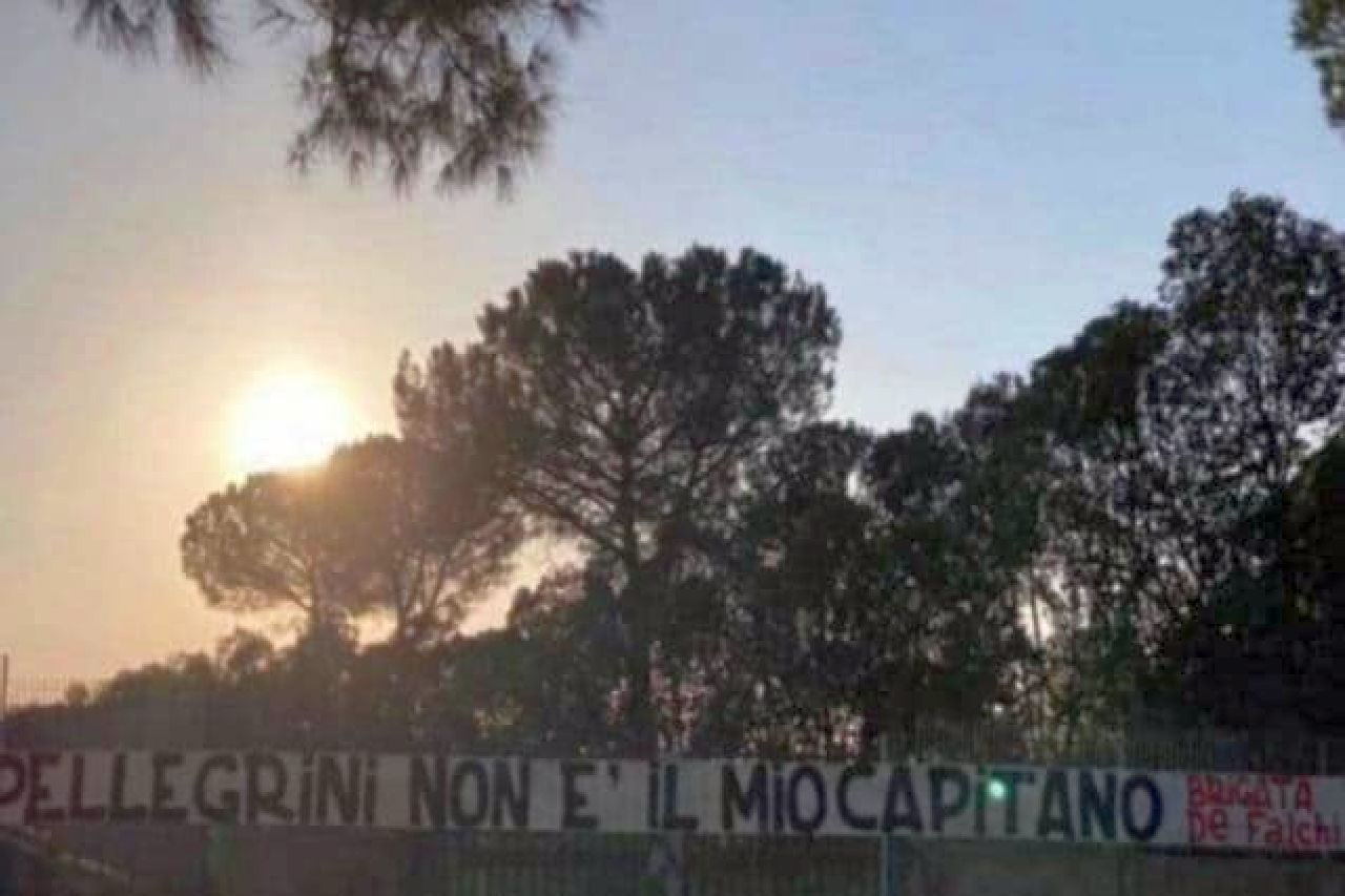 Lo striscione contro Pellegrini