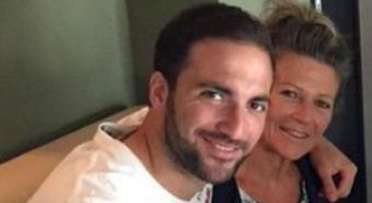 Grave lutto per Gonzalo Higuain, è morta la madreAveva 64 anni, si è spenta dopo una lunga malattia. Gonzalo era molto legato a lei
