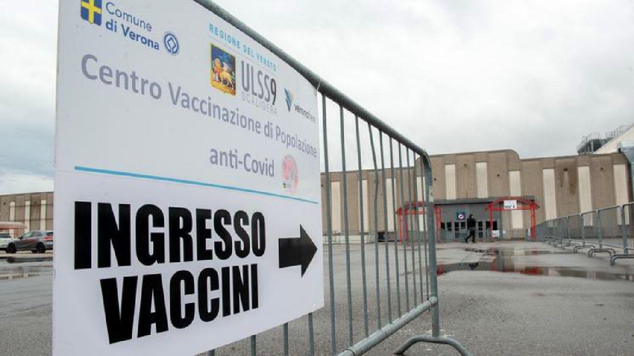 Attentato al centro vaccini Covid: bombe molotov lanciate a Brescia