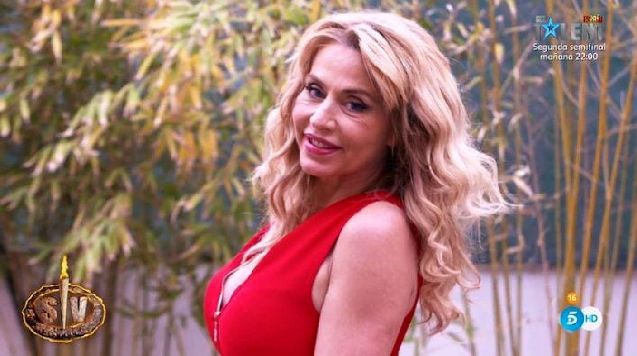 """Valeria Marini scatenata a """"Supervivientes"""": bacia in bocca una donna - Video"""
