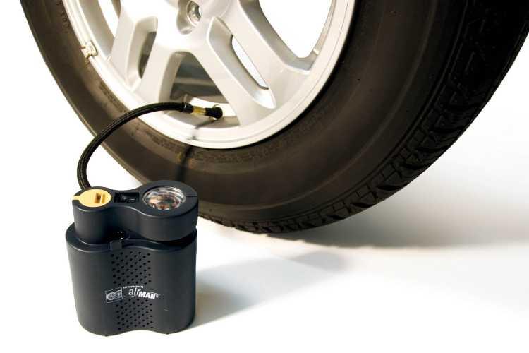 Gonfiare le gomme dell'auto dal benzinaio