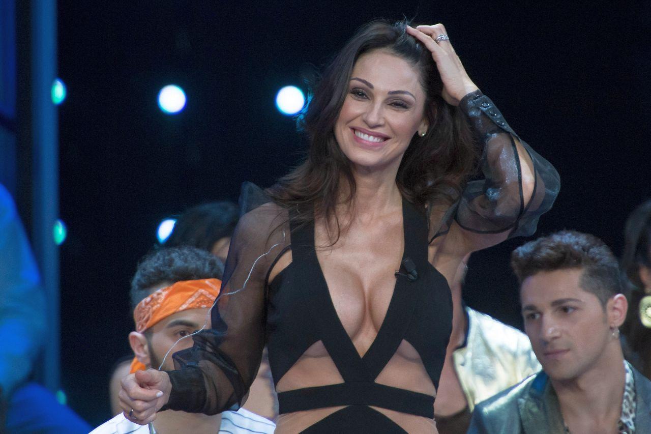 """Anna Tatangelo da Venus Club fa una confessione inaspettata: """"Sono troppo sexy"""""""