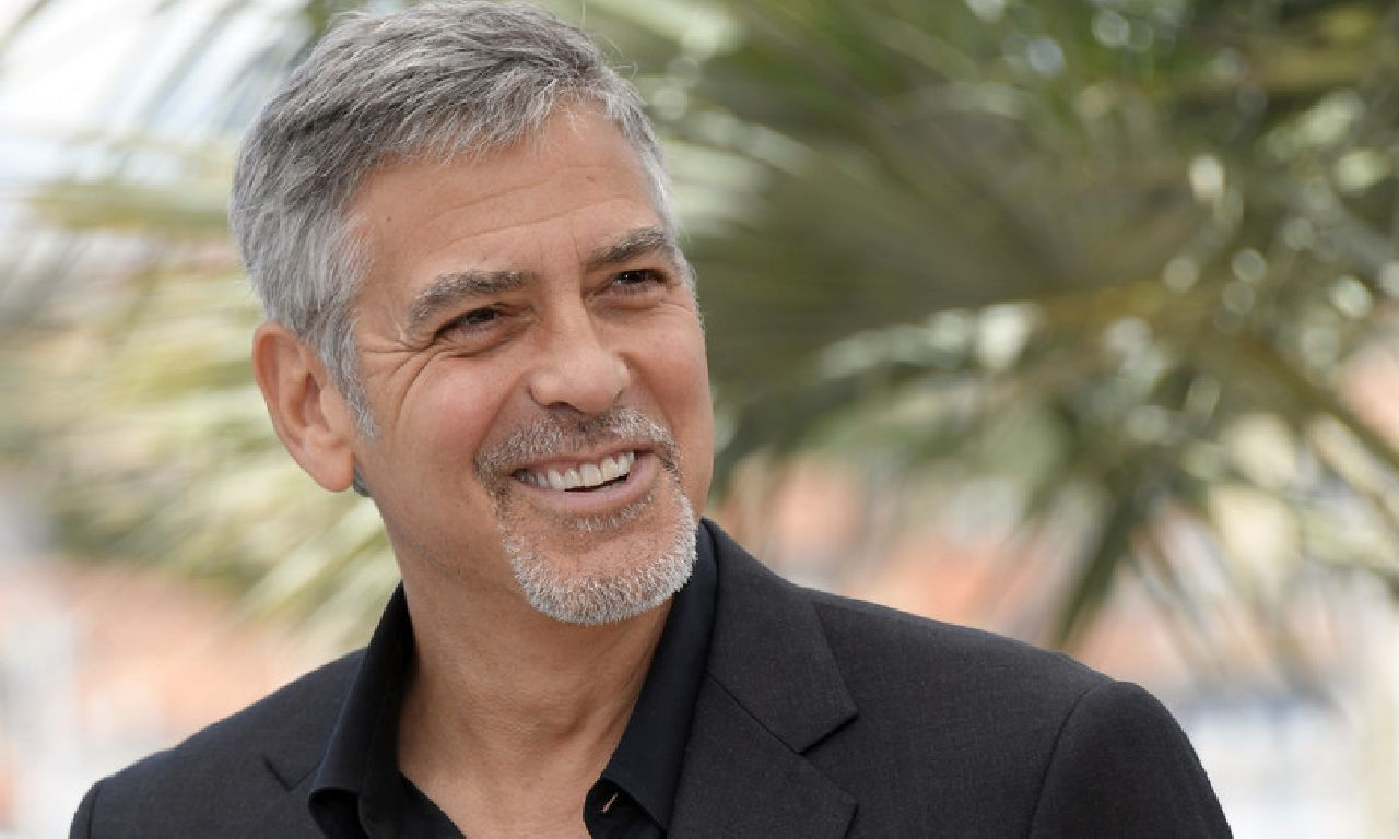 George Clooney oggi, 60 anni e non sentirli tra famiglia, mille passioni e impegno civile. Pronta una sorpresa per i suoi fan: grande ritorno