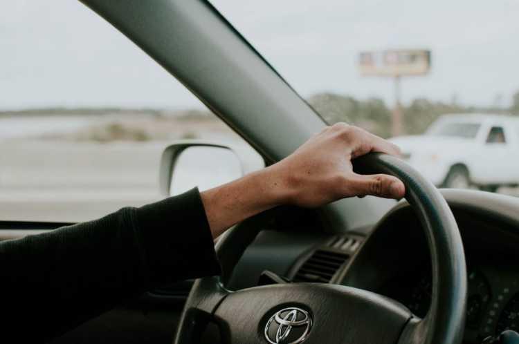 Mano sinistra sul volante