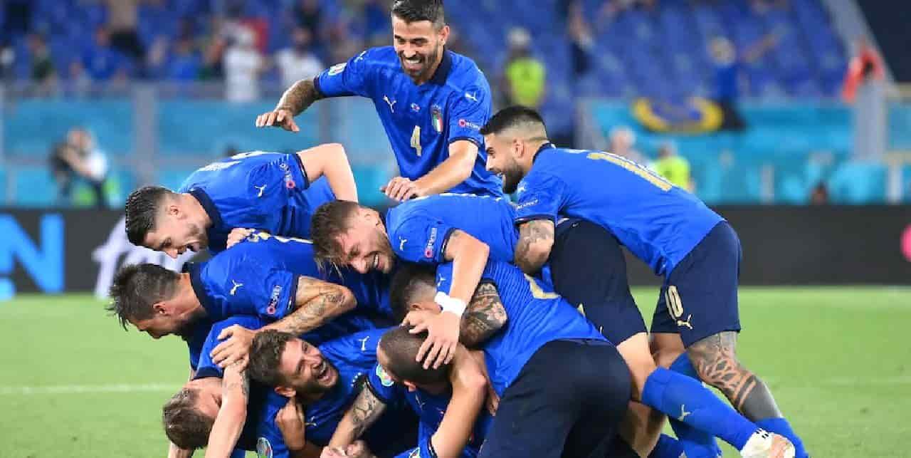 La Nazionale continua a entusiasmare gli italiani. Nella serata di ieri, la partita tra Italia e Svizzera, terminata 3-0 in favore degli Azzurri, è stata seguita da più di 15 milioni di telespettatori tra le reti Rai e i canali Sky, per uno share complessivo di circa il 30%. Nel dettaglio, gli uomini di Mancini hanno raccolto 13.346.000 spettatori, 51,9% dello share, su Rai1, con 8.208.000 collegati per il pre e post-partita (36,9%). Sono invece 1.786.000 gli abbonati che si sono sintonizzati sui canali Sky Sport, per uno share al 7,1%. In totale sono quindi 15 milioni gli italiani che hanno seguito la partita, per uno share del 59%. Si tratta di numeri in aumento rispetto alla gara di esordio con la Turchia, che aveva raccolto 14,3 milioni di persone davanti alla televisione (56,9% di share), ma ancora non ai livelli di Euro 2016: in quell'occasione, la partita contro il Belgio era stata seguita da 19 milioni di italiani, con uno share del 64,5%.