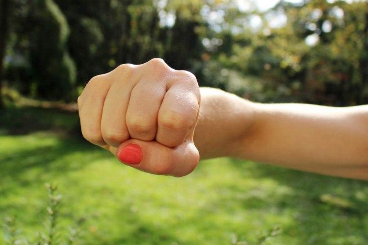 Il pollice sopra le dita