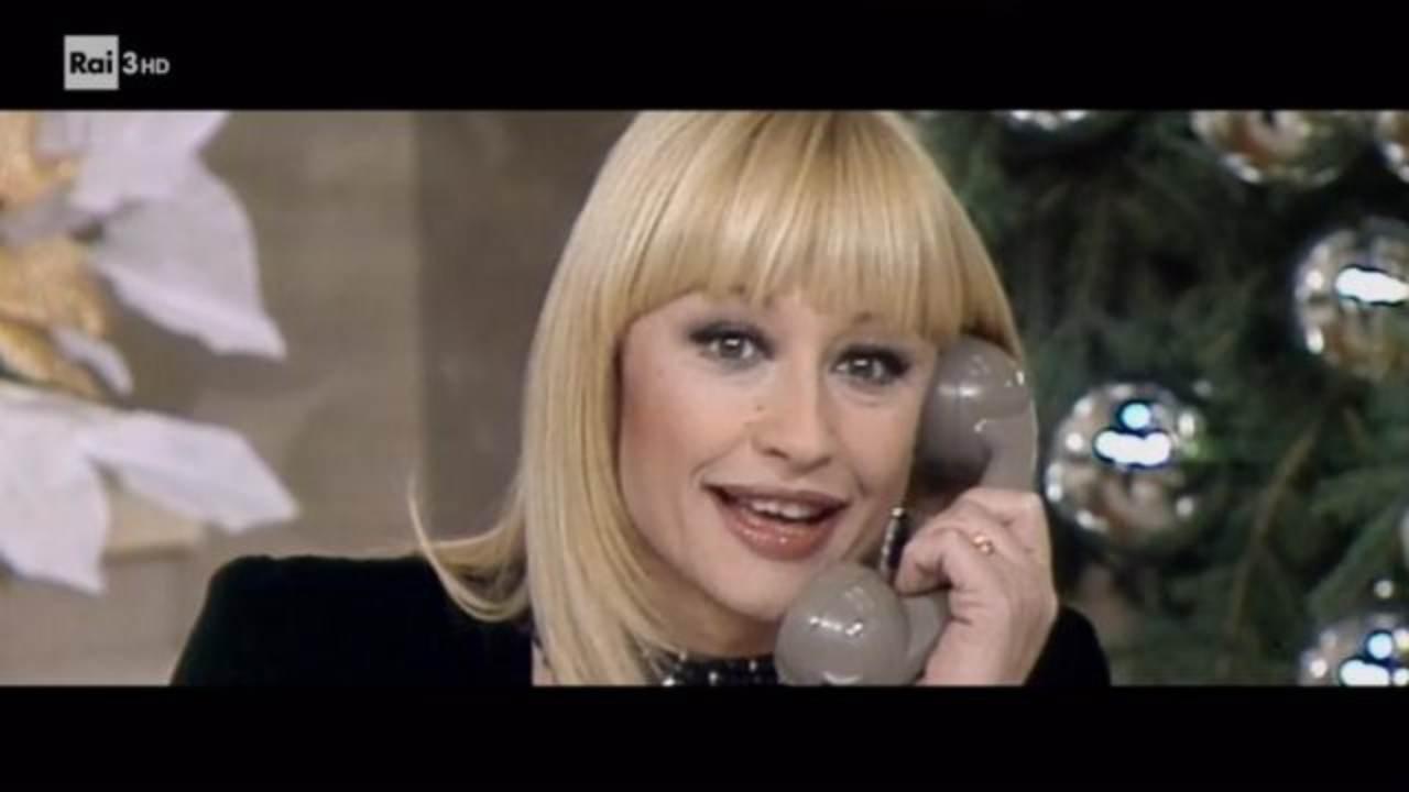 Raffaella Carrà al telefono