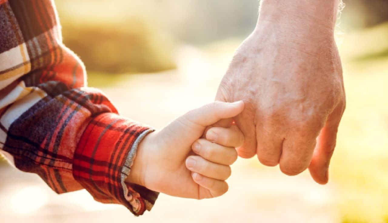 Nonno vip per la prima volta a 63 anni: la reazione che spiazza
